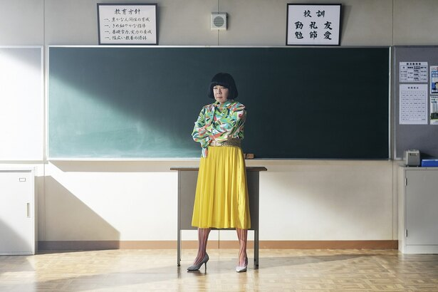 【写真を見る】放送前から「美脚」で話題騒然の古田新太!