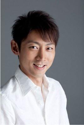白シャツの小泉孝太郎。