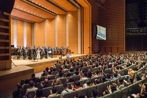 ホールAではスクリーンに映し出される演奏者の表情とともに演奏を堪能しよう(写真は2018年開催時のもの)