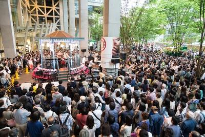 地上広場で行われた過去の無料公演の様子(写真は2015年開催時のもの)