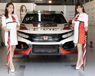 TCRクラス2年連続チャンピオンのModulo CIVICと、今年の新人レースクイーン2名