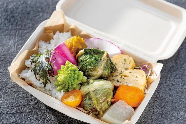 【写真を見る】Bento Stand park / 「mini bento box」(648円)は15:00までの限定商品。ロメインレタスで包み焼きしたハンバーグなど、日替り総菜とご飯を盛る