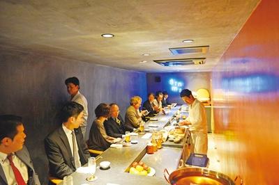 食堂ぎんみ / 1Fはカウンター、2Fに個室、3Fにテーブル席を備える