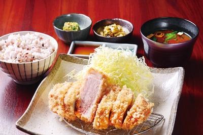 とんかつ わか葉 / 「鹿児島産うんまか豚の上ロースカツ」(1650円)。まずは何もつけず、豚の旨味を味わうのがオススメ