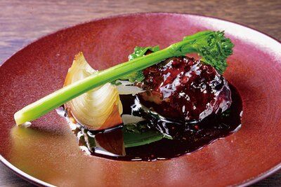 中国菜 KHAOS / コースは月替りが基本。写真はメインの一例「豚ホホ肉の黒酢酢豚」