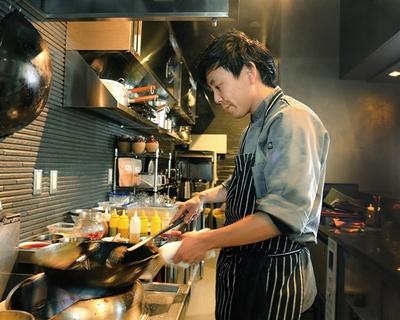 中国菜 KHAOS / 専門学校講師の経験ももつ店主の河窪 証さん。料理人の祭典「RED U-35 2018」では、ブロンズエッグを獲得
