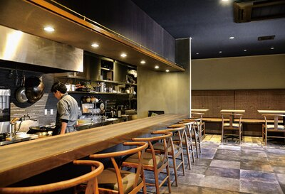 中国菜 KHAOS / カウンターを主とした店内