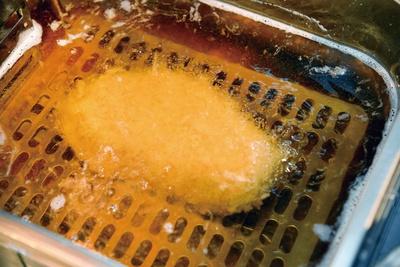 とんかつ わか葉 / 温度帯や余熱も計算して揚げる