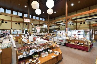 売店ではシイタケを中心とした地元の特産物を販売している