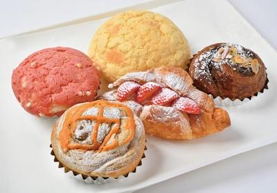 パン工房ではメロンパン(120円)などの焼きたてパンが50種類ほども登場