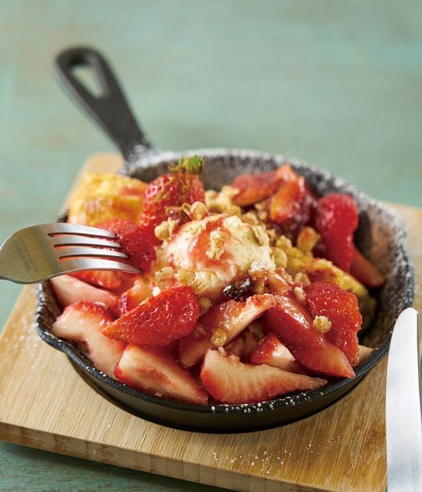 いちごや cafe TANNAL / 「シフォンケーキのフレンチトースト」(1200円)。イチゴの果肉は1パック分以上を使う、驚きの量