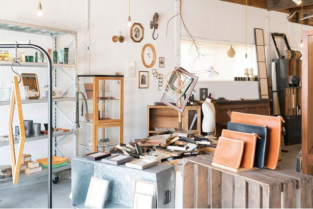 hanatolife / 店主の石川智之さんが柳川から移住し2012年に開業。額縁、フレームのほか、生活雑貨も置く