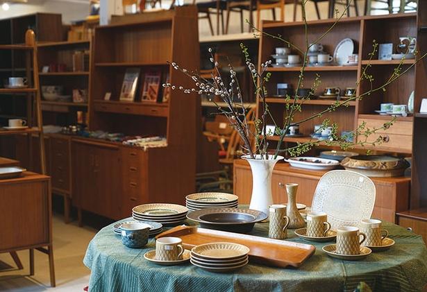 ハミングジョー / 1階は北欧の陶器などがあり、2階には大型家具がそろう。最近ではサイドボードが売れ筋。家具は、メンテナンスでキレイに生まれ変わる