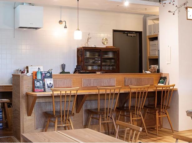 ふたつぶ / 木工家具「アコーデオン」による内装。テーブル席もある