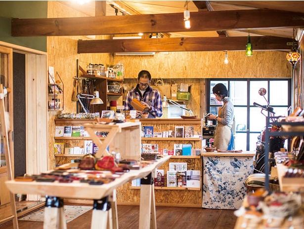 革細工とニュージーランド雑貨のお店 BLESS LEATHER / 作家夫婦が活躍。牛革は柔らかく使いやすい。イノシシ革は傷に強いのが特徴