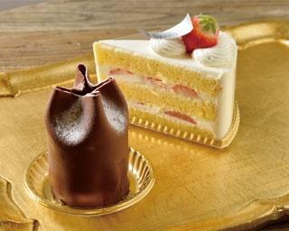 柔らかいミルクチョコに包まれたバナナとオレンジのムースショコラ(手前・594円)と、苺のショートケーキ(奥・561円)/La KLASSIQUE