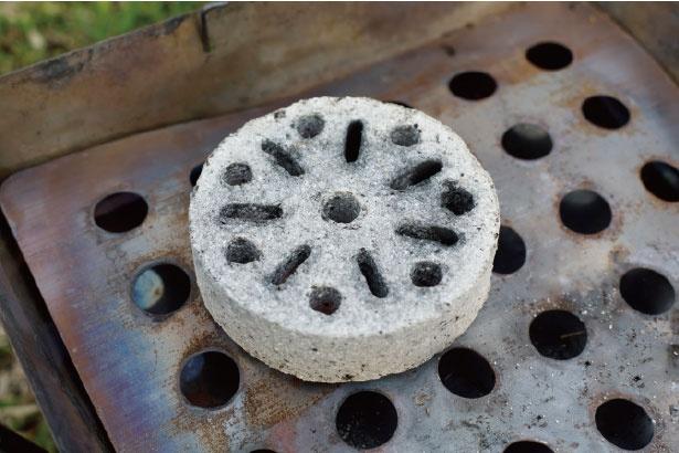 最初の火起こしは、簡単に火が付く「成形木炭」がおすすめ