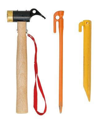 鍛造ペグを打ち込む時は、鉄製ハンマーが必要。プラペグも予備として常備しておこう