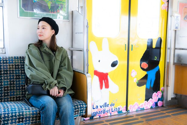 「リサとガスパールトレイン」のドアは、赤、黄色、青、緑の4色。開閉によってキャラクターが見え隠れする