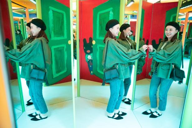 鏡に囲まれ、ユニークな写真を撮ることができる。「どれが本物かわからない!」と大はしゃぎの三ツ石さん