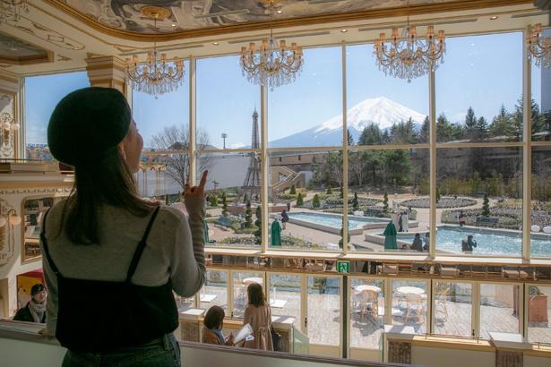 パリの劇場をイメージした「レ レーヴ サロン・ド・テ」は、富士山を間近に望む眺望も自慢の1つ