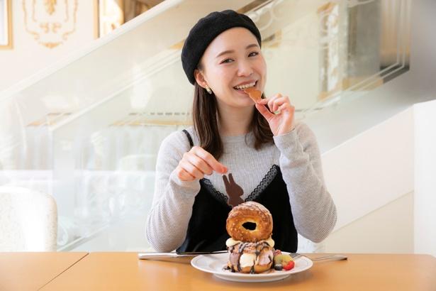 リサの形をしたクッキーをパクリ!