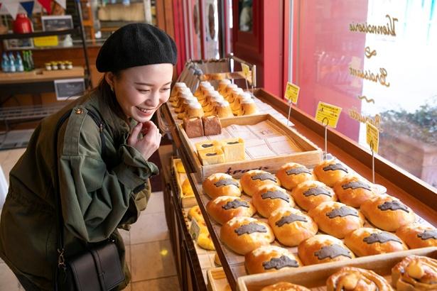 リサとガスパールのクッキー生地があしらわれた「リサとガスパールのクリームパン」(260円)など、見た目もキュートな焼きたてパンがずらり