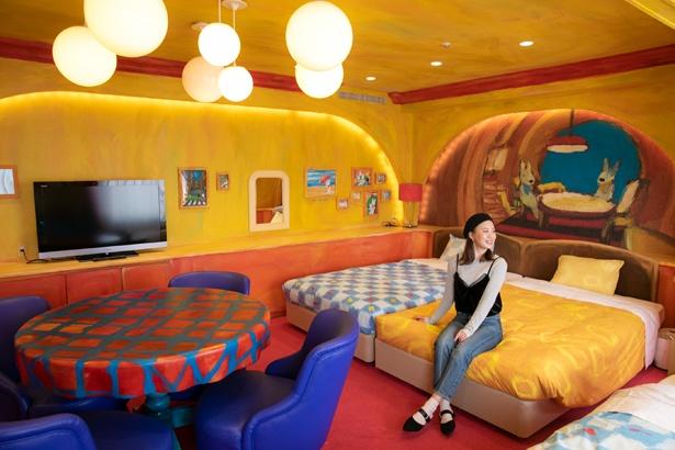 「壁や家具が油絵風のタッチになっていたり、再現度の高さにびっくり!」と、「リサ ルーム」に大興奮の三ツ石さん