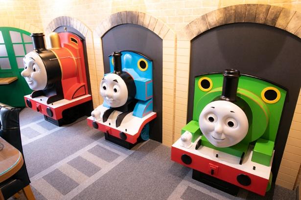 トーマスのスイートルーム「機関庫とトーマスとパーシーのお部屋」には、トーマス、パーシー、ジェームスが勢ぞろい!ボタンを押すとお喋りしたり、音楽が流れたりする仕掛けも