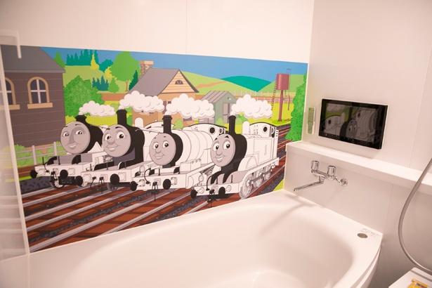 「機関庫とトーマスとパーシーのお部屋」のバスルームでは、水で洗い流せるクレヨンを使い、塗り絵も楽しめる