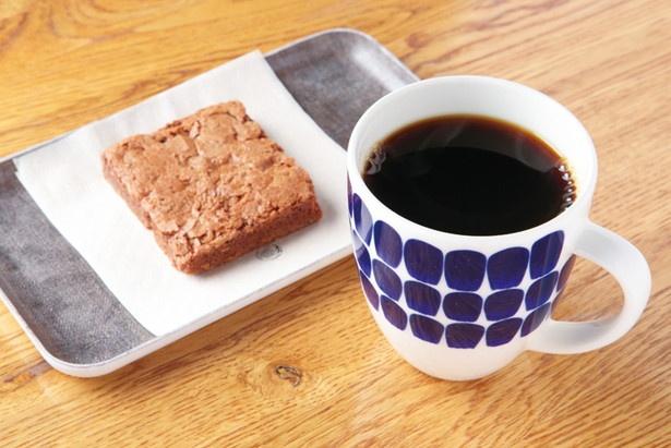 「コーヒー」(右 600円)、「ブラウニー」(左 350円)。コーヒーは3~4種類のなかから好きな豆をチョイス。濃厚なブラウニーなど、コーヒーに合うスイーツもそろう