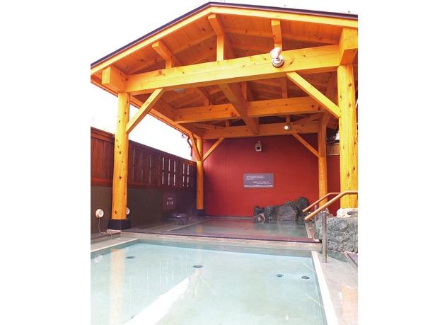 露天風呂にはあつ湯とぬる湯があり、好みの温度を選ぶことができる。交互に入るのもいい
