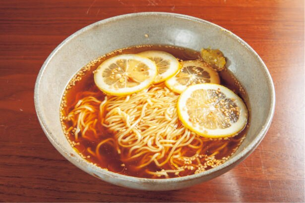 【写真を見る】さっぱりとした風味の、島レモン醤油ラーメン(993円)はシメにぴったり