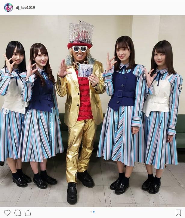 【写真を見る】日向坂46メンバーと「ヒ」ポーズを決めるDJ KOO