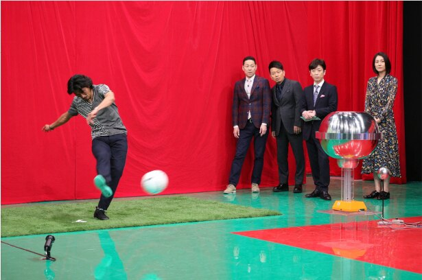 【写真を見る】元サッカー日本代表・中澤佑二選手の力強いキック!