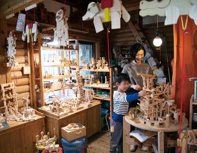 木の玩具 おれんじ村 / 松田伸一さんが7年前に移住し開業。ぬくもりがあり、手触りのいい木のおもちゃがたくさん