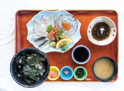 磯の屋 はなれ / 「海鮮丼定食」(1300円)。芥屋のモズク付き!