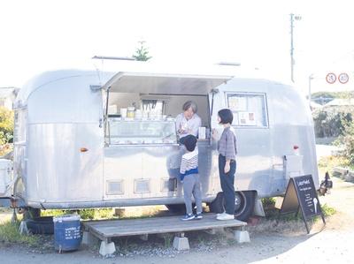 Loiter Market / 個性的な銀色トレーラーは野北から芥屋海水浴場に向かう途中にある