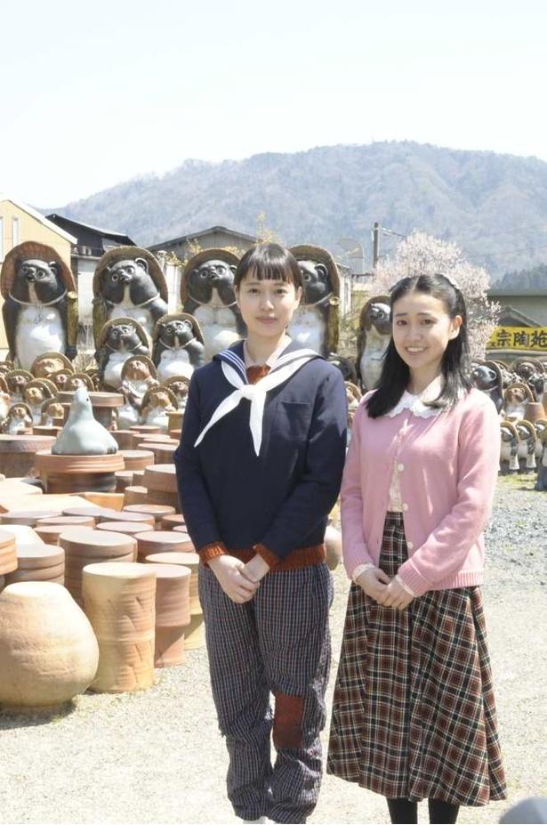【写真を見る】時代は昭和22年。ヒロイン・喜美子(戸田恵梨香)の衣装はまだ、つぎの当たったもんぺだ