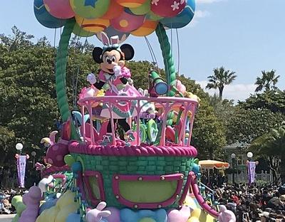 ミニーマウスは気球のフロートに乗って登場