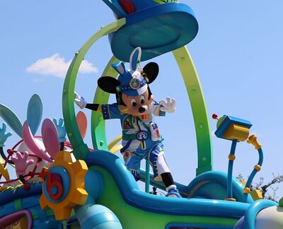 """【写真を見る】ミッキーマウス率いる""""うさたまチェイサー""""たちが大活躍!"""