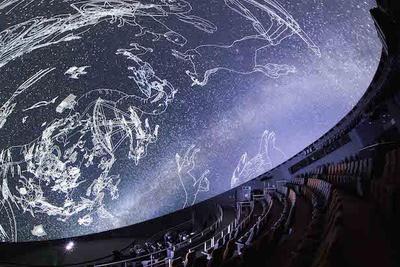 【写真を見る】星と宇宙を楽しむプラネタリウムの上映