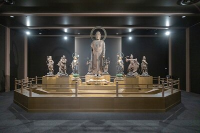【写真を見る】東光院仏教美術室。十二神将が薬師如来立像をぐるりと守る / 福岡市美術館