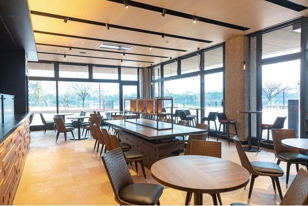 1Fカフェ アクアム。公園側からも出入りができる / 福岡市美術館