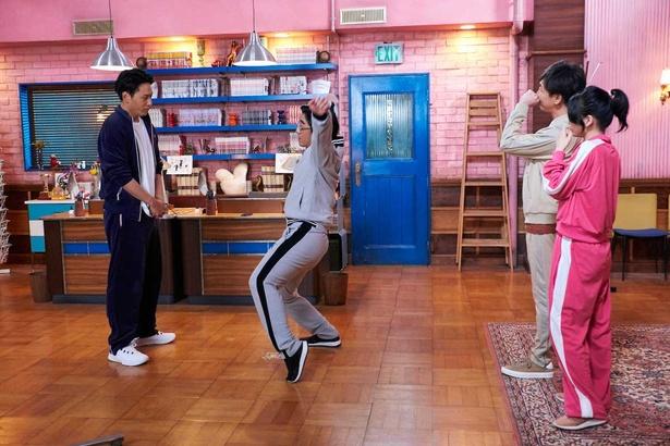 【写真を見る】編集者・足立(豊本明長)らのヘタクソなダンスに衝撃