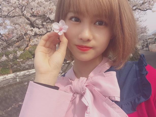 【写真を見る】一転して桜と桜コーデ?の脇あかり…アイドル全開SHOT