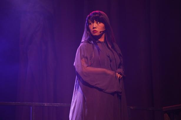 再演で初登場となった三英雄の1人、宮廷魔導士のエルルカ。演じたのは元チャオ ベッラ チンクエッティの橋本愛奈