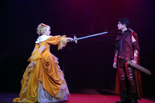 アレン(星波)の養父として、人情味あふれる芝居を見せたレオンハルト役の友常勇気。国の将来を憂いリリアンヌを何とか諭そうとするが…