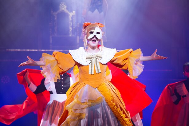 華やかなダンスパフォーマンスも見どころ。リリアンヌ(田中れいな)が仮面を付けている理由は?