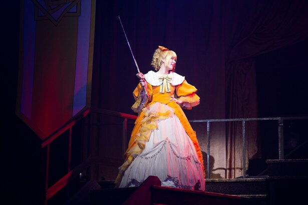 """""""悪""""の芝居は、かわいさ以上に田中れいなの真骨頂。ライブで見せる彼女の強めの表情が、リリアンヌでは悪の顔に"""